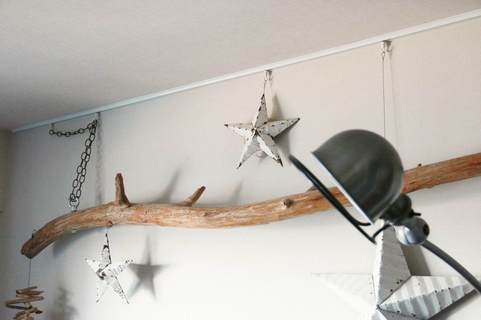 壁の上端にピクチャーレールを取り付けて 流木のオブジェなどを 棚