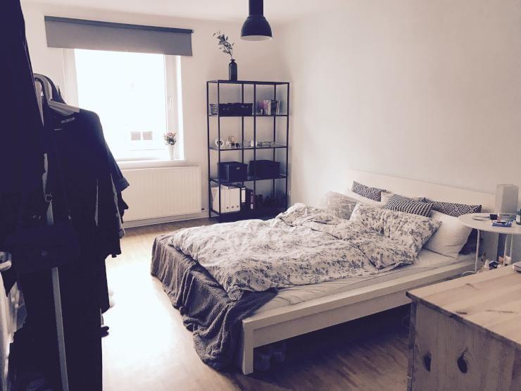 sch nes einrichtungsbeispiel f r ein wg zimmer kleiderstange gro es bett regal und. Black Bedroom Furniture Sets. Home Design Ideas