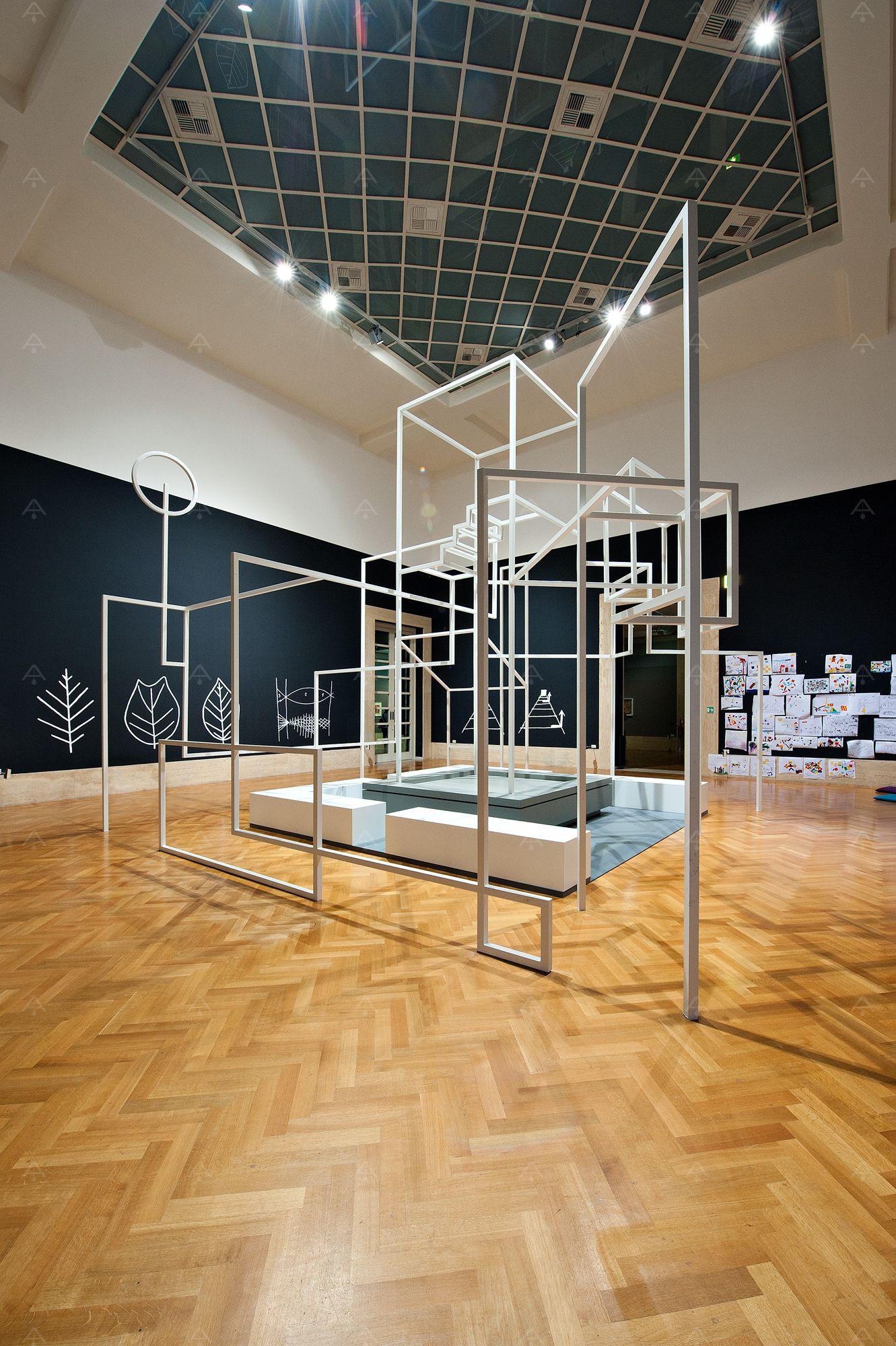 La struttura-installazione, concepita dall'arch. Federico Lardera al centro dello spazio didattico, rappresenta la trasposizione tridimensionale e abitabile di un borgo italiano tratto dai disegni di Paul Klee.