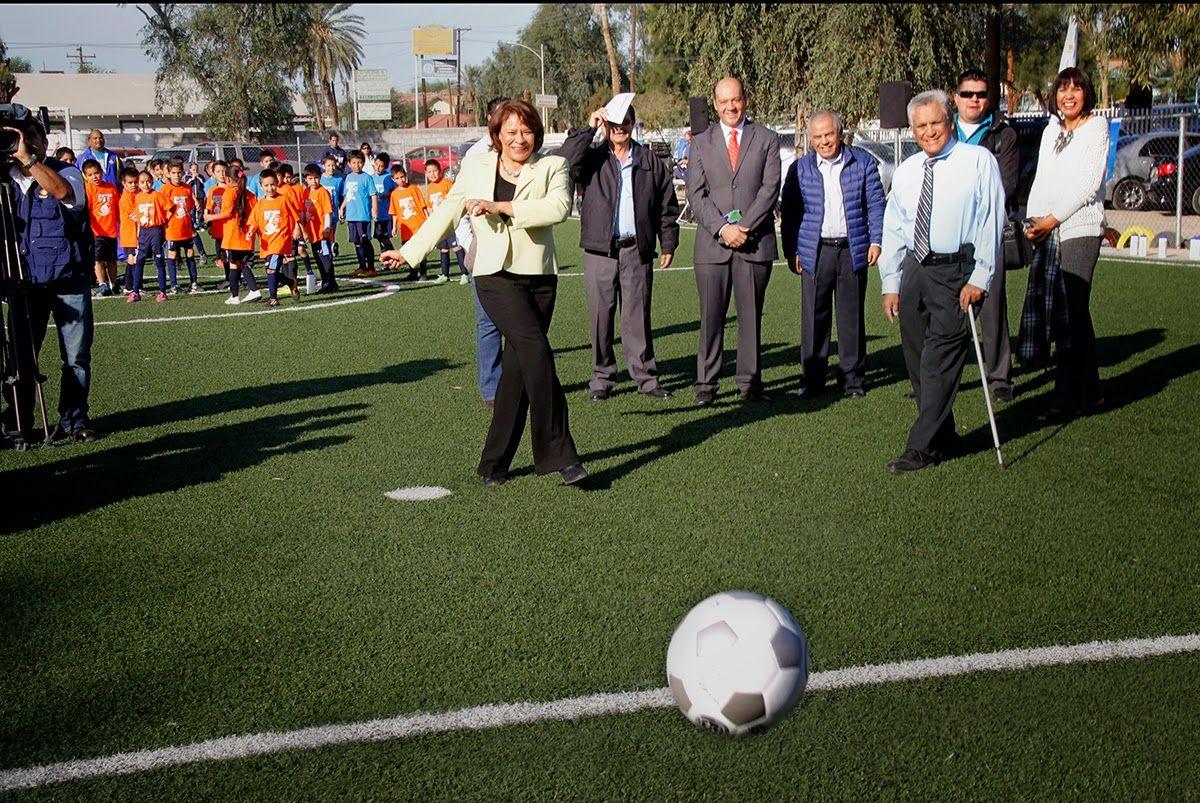 Inauguración de la primera cancha de futbol infantil en una Escuela de Gobierno en la ciudad de Mexicali, B.C., con Pasto Sintético.