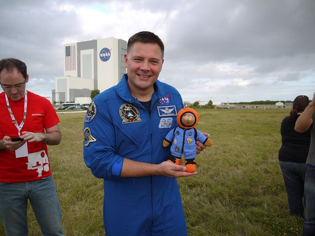 @SpaceHuggie with @Astro_Wheels (Col. Doug Wheelock) few hours before Curiosity Launch