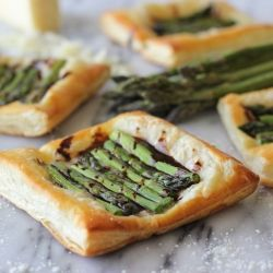 Asparagus Tart with Balsamic Reduction - so elegant and so sophisticated! And it takes just 10 min of prep time!