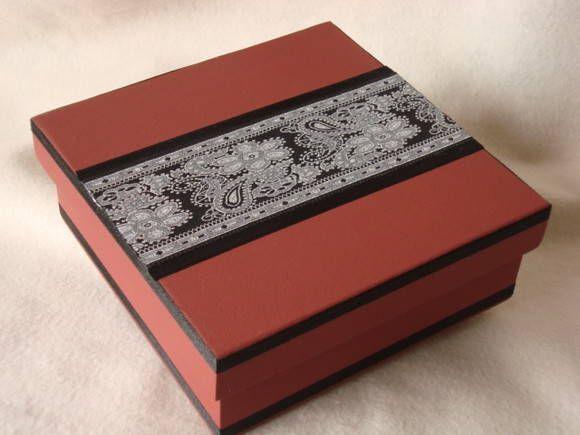 Caixa pintada à mão, tampa com aplicação de ponto russo e fita de cetim preto . R$ 17,00