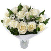 Blanco como la nieve - Composición: Rose blanca, verdes, elementos decorativos, cinta, embalaje.
