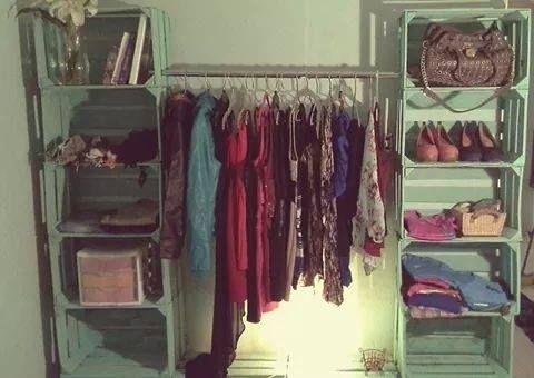 Cajas de palets para hacer un original armario en casa - Como revestir un armario ...