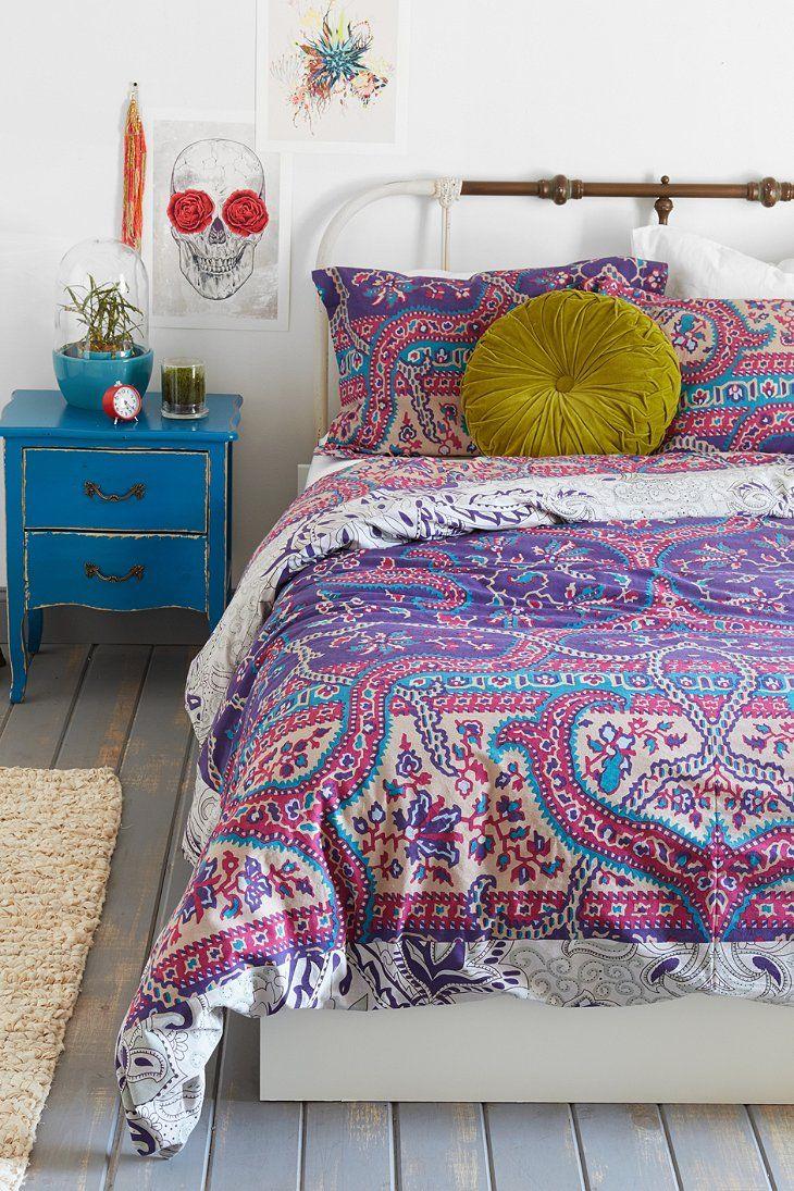 une parure de lit orientale avec du rose du mauve et des touche de bleu vert eventuellement. Black Bedroom Furniture Sets. Home Design Ideas