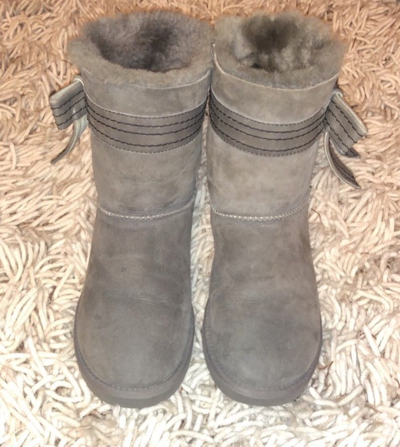 42d0293d005 Classic Ugg Daelyn Bailey Leather Bow Gray Suede Boots Sz 9 Womens ...