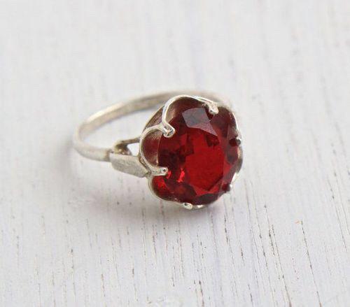 Imagen vía We Heart It https://weheartit.com/entry/167971918 #emerald #gold #jewelry #ruby #bluesapphire #bkgjewelry.com