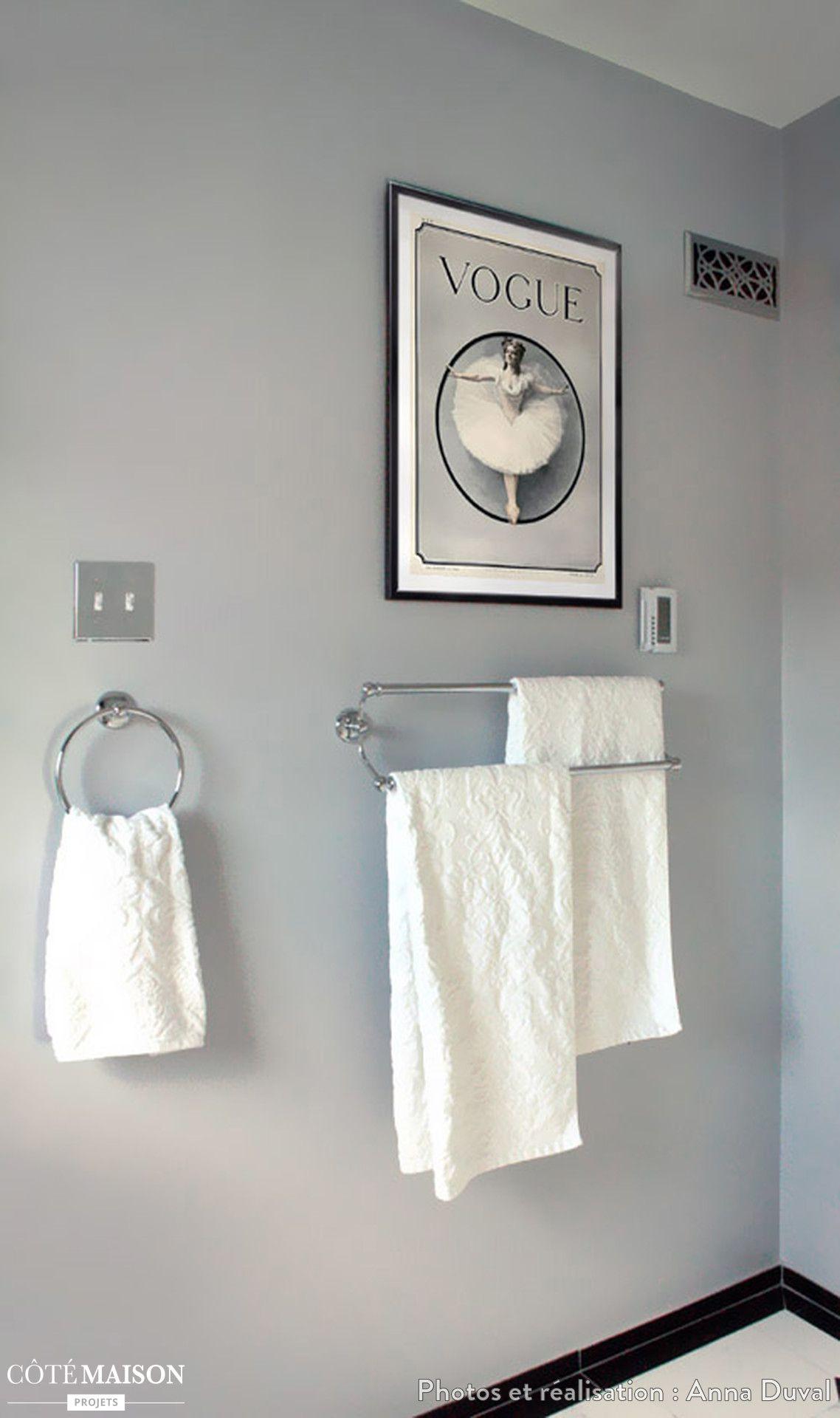 des porte serviettes gris m talliques accompagn s d 39 un petit tableau d coratif au dessus. Black Bedroom Furniture Sets. Home Design Ideas