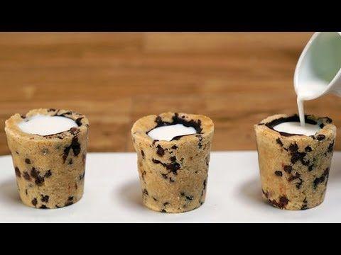 Estas son unas galletas en forma de pequeños vasos donde sirve un chupito de leche, así que podrás comerla y beberla simultáneamente.