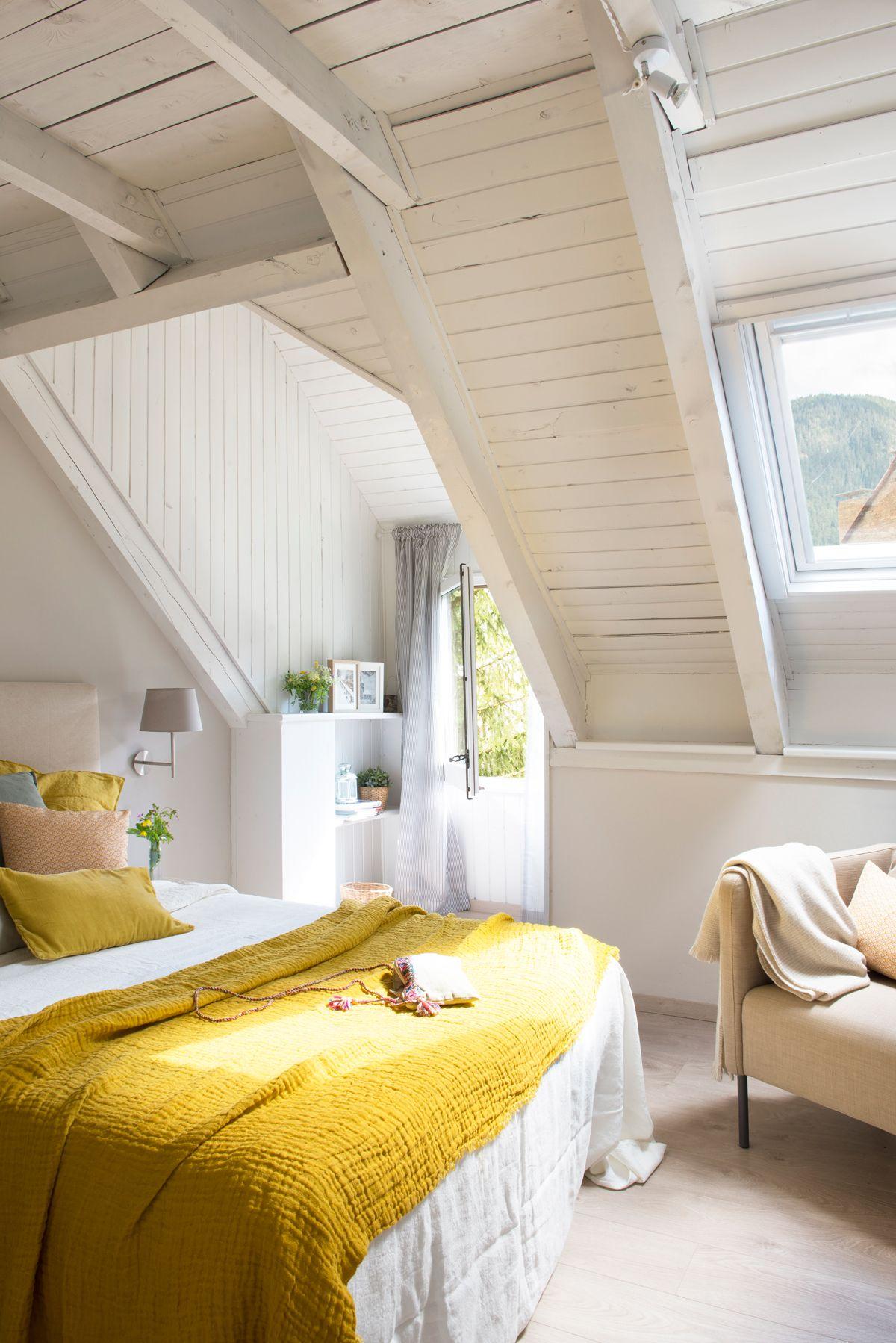 Dormitorio rústico de madera blanca con ropa de cama amarilla ...