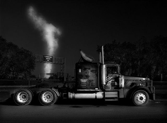 白と黒の世界がトラックをアートへ(ギャラリーあり)