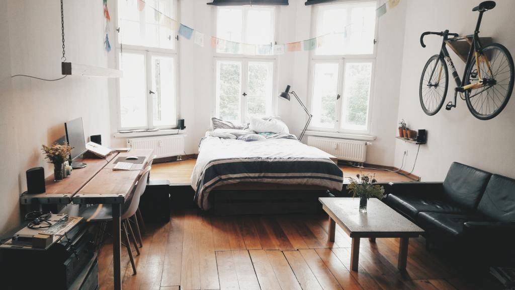Stil Leipzig altbau mit stil wohnen im erkerzimmer in leipzig holzdielen bett
