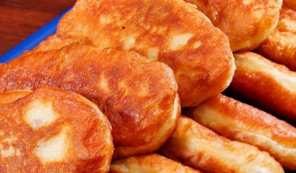 Рецепта за Пълнени пирожки. Как се прави Пълнени пирожки. От брашното, жълтъците, маслото, пр...