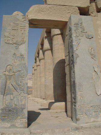 Portal de entrada en granito negro al RAMESSEUM Templo mortuario de
