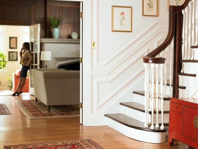 Klassische Treppen klassische treppen mit dunklem holz und weißen lenkererhöhung und
