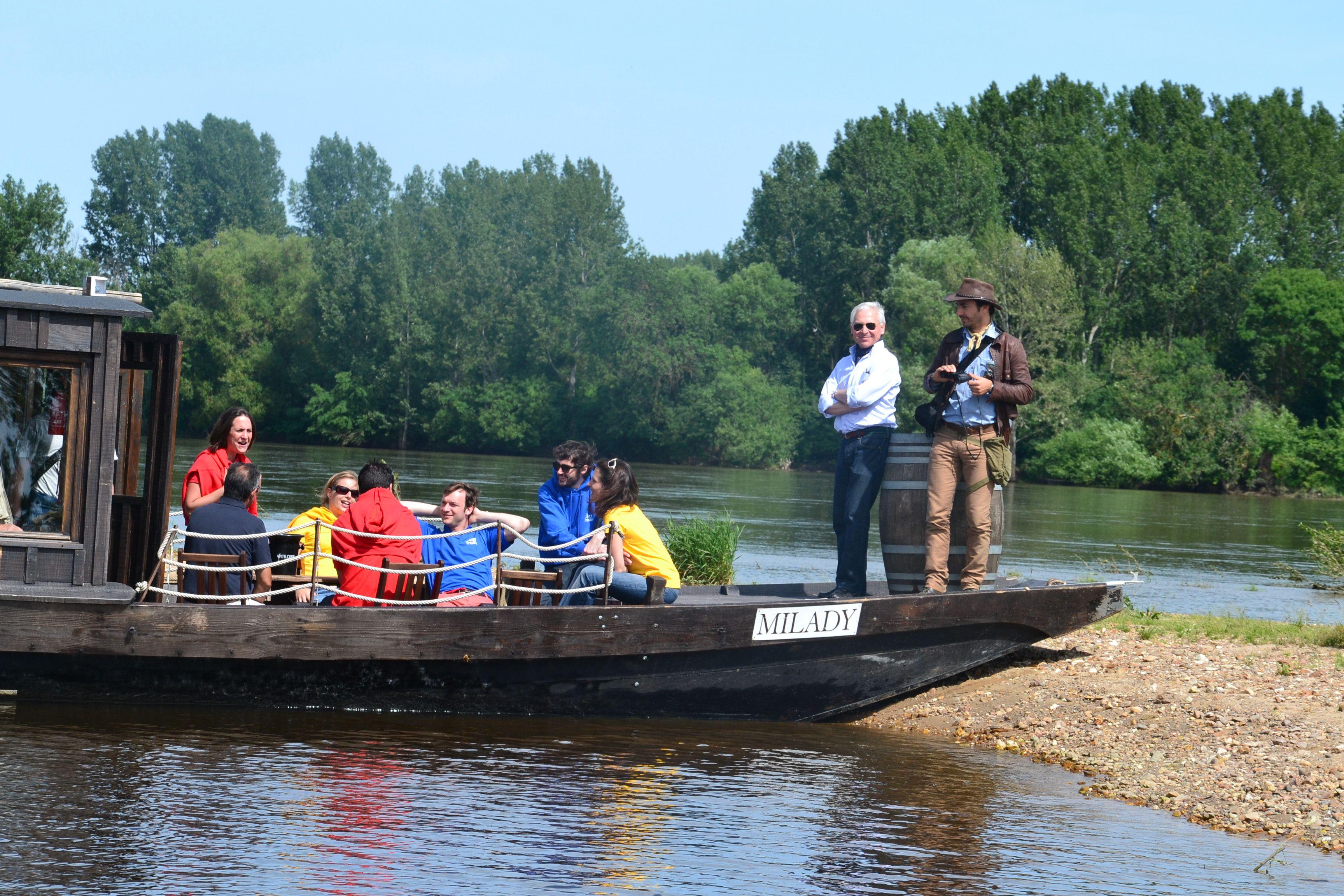Tournage Jour 2 : petite balade fluviale sur une toue cabanée.