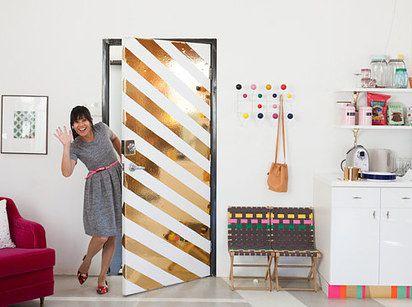 o solo decora la puerta con rayitas
