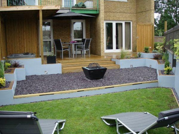 gemütliches haus mit einem garten terrasse stühle tisch gras zaun