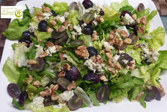 Ensalada de hojas variadas, queso azul y uva negra. http://www.lospostresdeelena.com/2013/09/ensalada-de-hojas-variadas-queso-azul-y.html