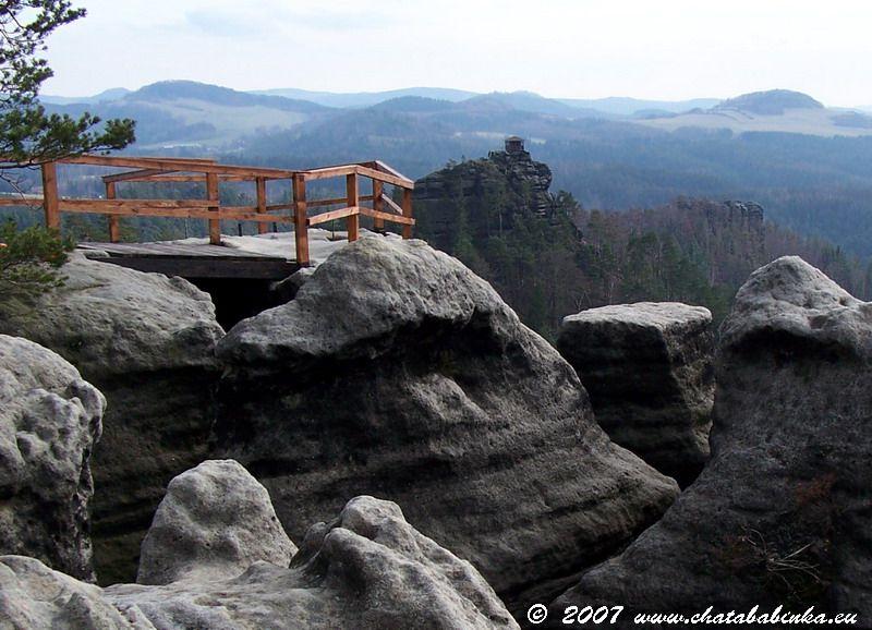Rudolfův kámen, vyhlídka byla postavena stejně jako Mariina a Vilemína vyhlídka rodem Kinských v 1. polovině 19. století. Dříve byla vyhlídka nazývána Vysoký kámen, pro svoji výraznost mezi skalami kousek od Jetřichovic.