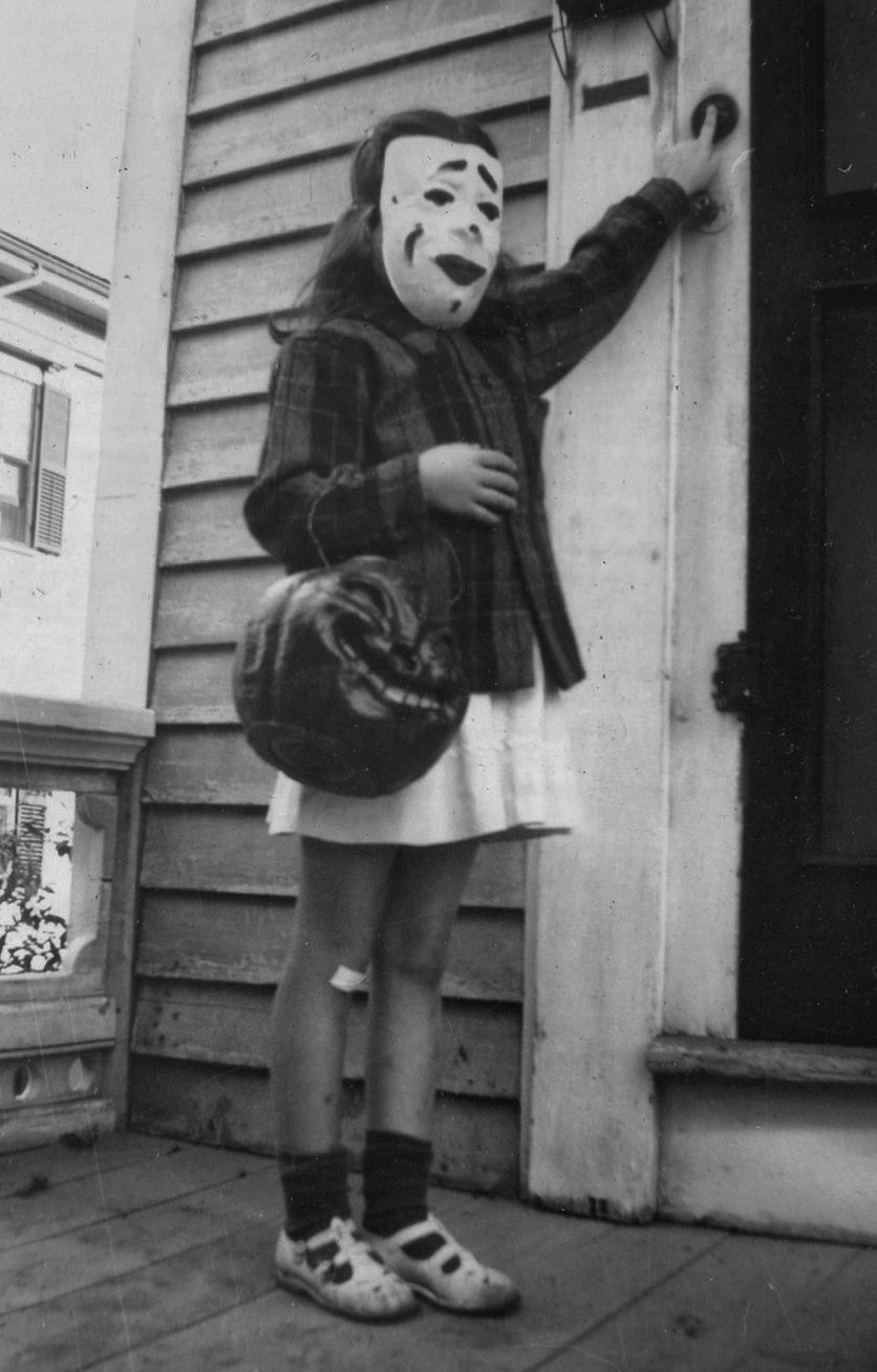 TRICK-OR-TREAT! HALLOWEEN 1940's Real Photo GIRL IN CREEPY MASK w ...