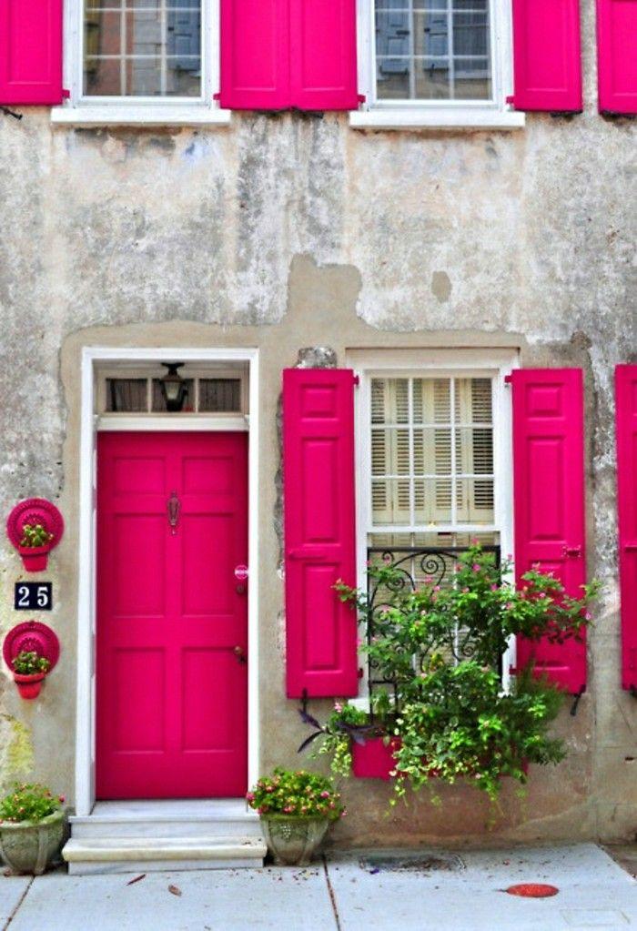 puertas y persianas de color magenta