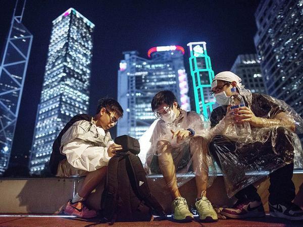 Владимир Варфоломеев в Твиттере: «Революционные гонконгские Гавроши с гаджетами. #HKStudentStrike http://t.co/XtoWYk3LZo»