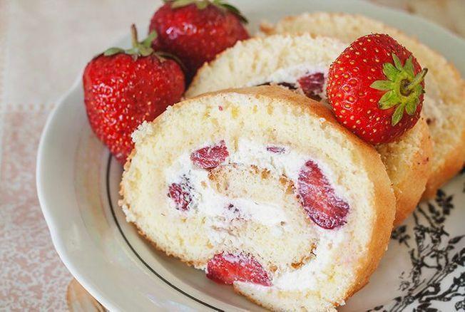 Cyril Lignac dévoile la recette de son biscuit roulé aux fraises, chantilly et on ne peut que succomber