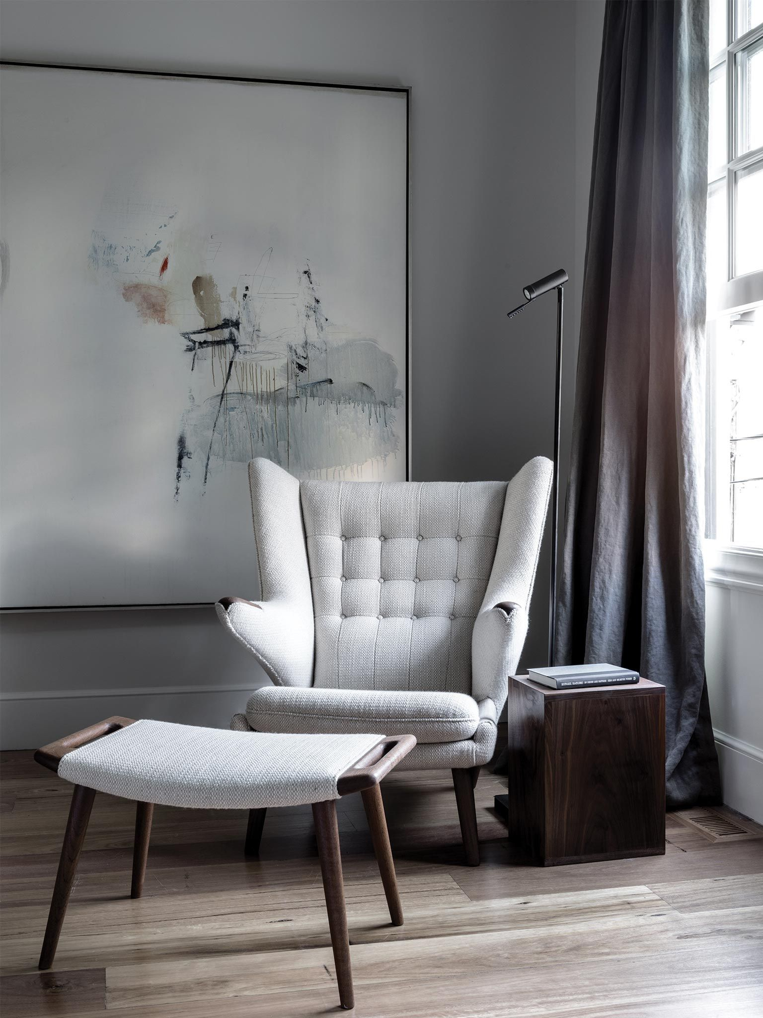 Modernica 39 S Papa Bear Chair Offers A Scandi Touch With Such Large Scale Artwork In The Background Clean Colors A Papa Bear Chairs Bedroom Design Interior