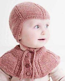 Det lille lune sæt passer til både dreng og pige -- strikket i blød naturfarvet alpaka er det meget feminint, mens det får en helt anden karakter i f.eks. et meleret uld-/bomuldsgarn.