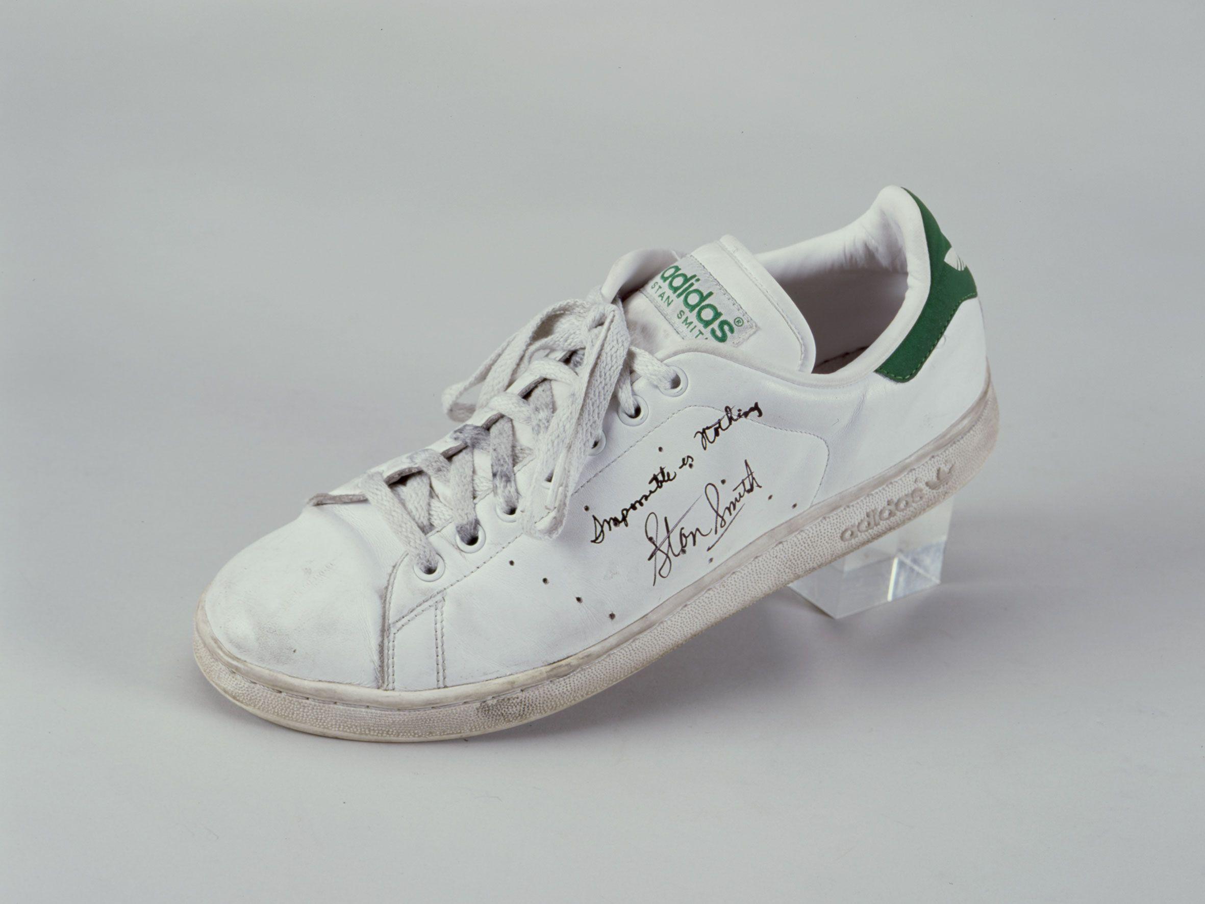 Chaussure Stan Smith d'Adidas dédicacée par Stan Smith, 1970 (collection  MNS)