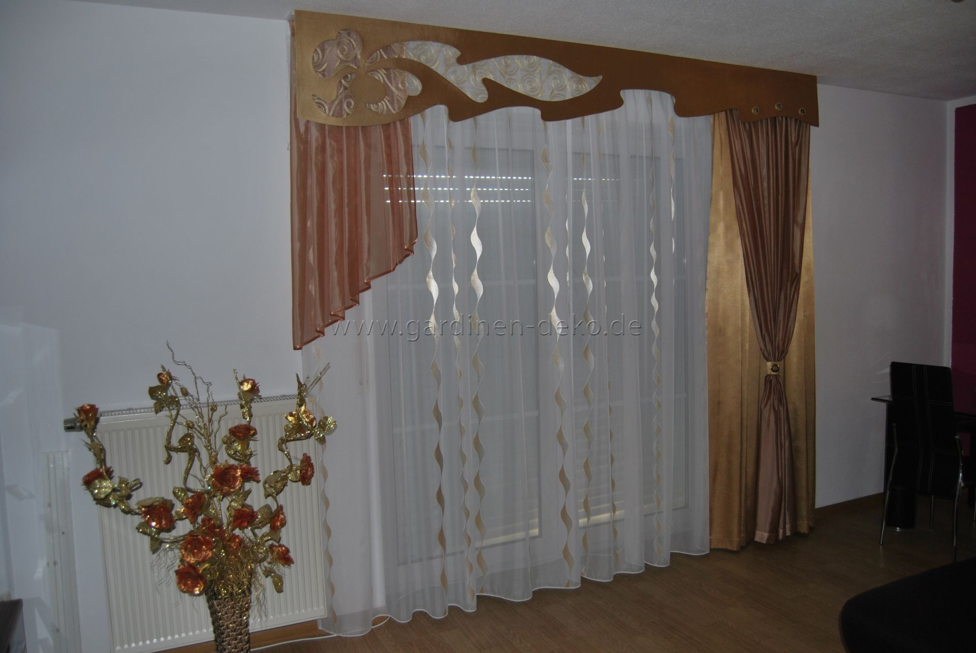 klassischer wohnzimmer vorhang mit seitenschal in braun champagner. Black Bedroom Furniture Sets. Home Design Ideas