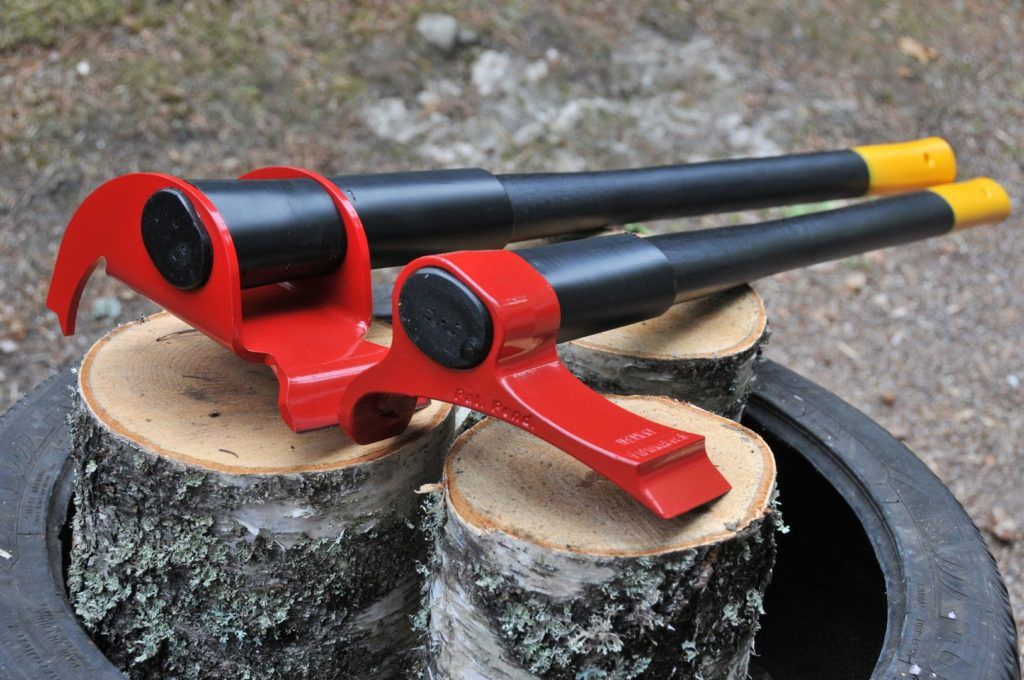 A new type of axe shows us an easier and smarter way to chop wood