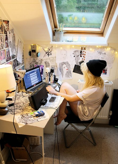 My Home Would Not Be Complete Without A Cluttered Writing Space Filled With Lights And Ideas Fddreamhouse Artist Bedroom Tumblr Bedroom Bedroom Diy