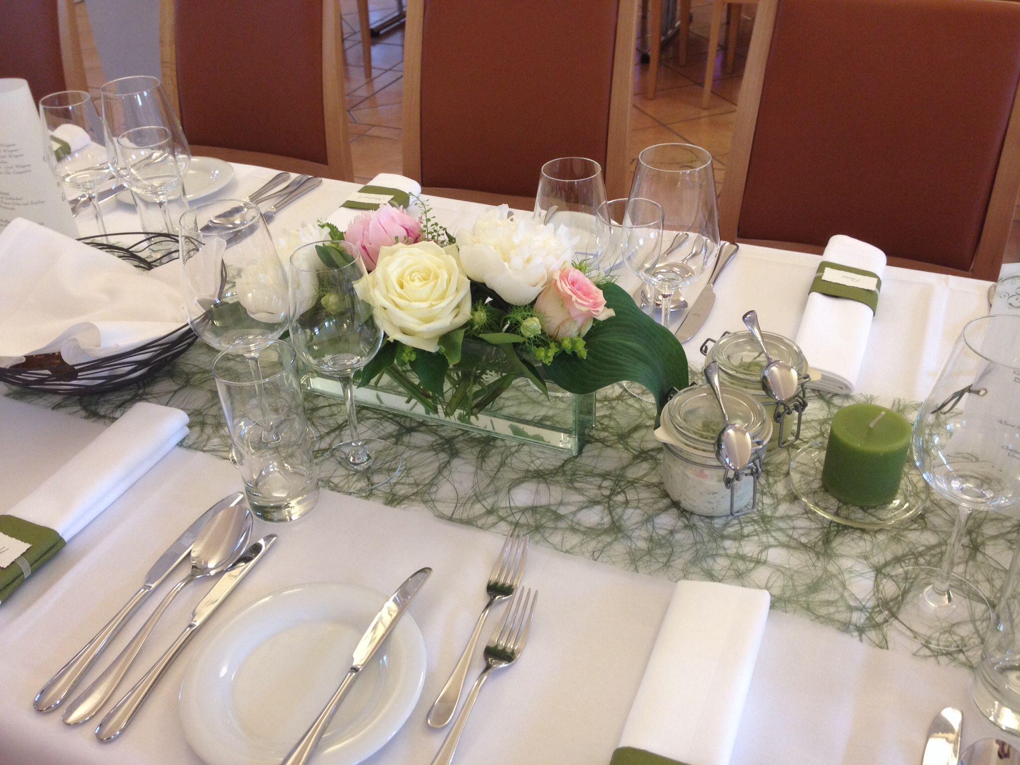 Tischdekoration In Dunkelgrun Mit Weissen Rosen Und Pfingstrosen