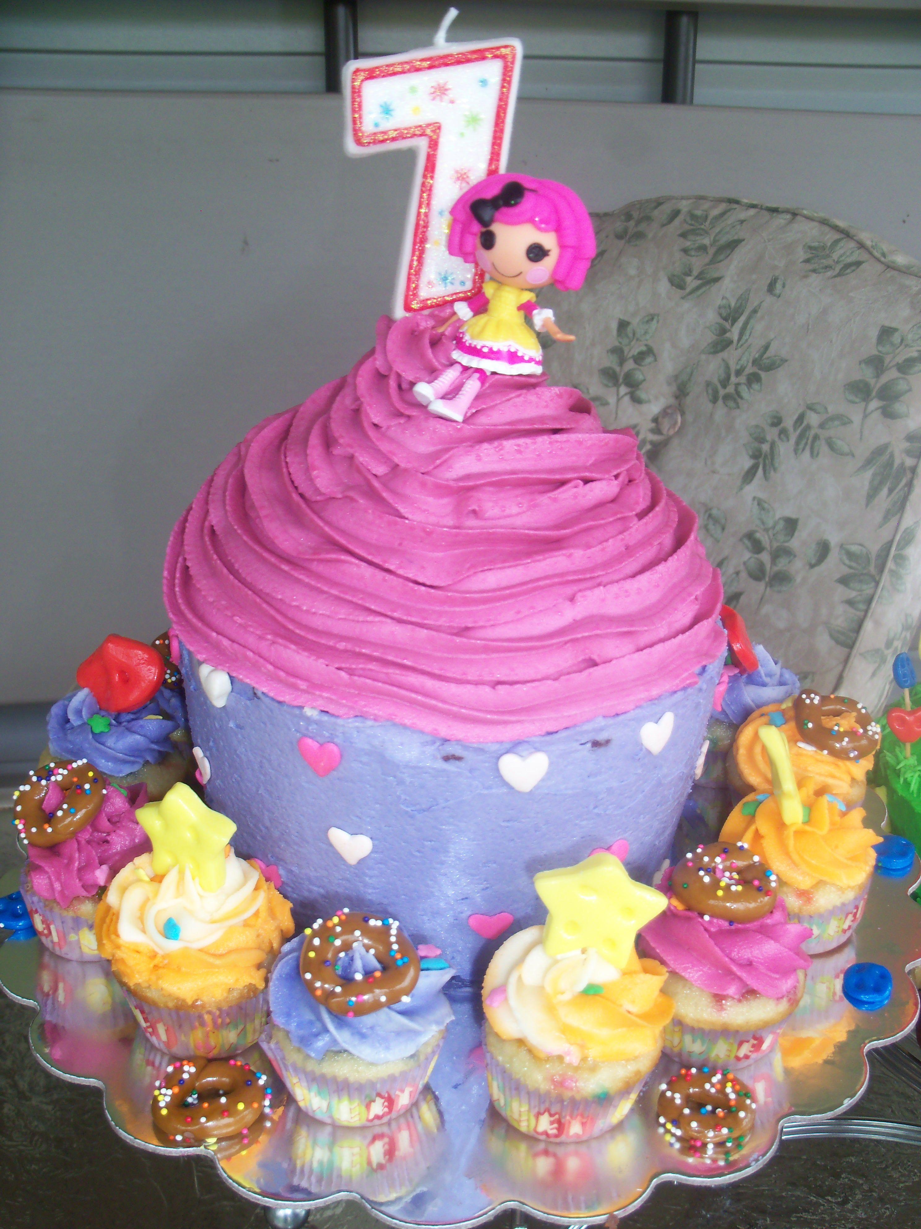 Cute Idea Big Cupcake Cake With Smaller Individual