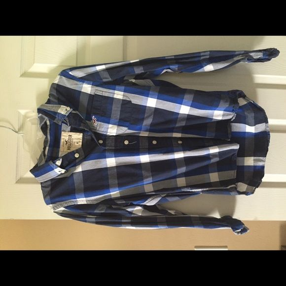 Hollister Boys button up shirt Hollister button up shirt, boys size medium. Hollister Tops Button Down Shirts