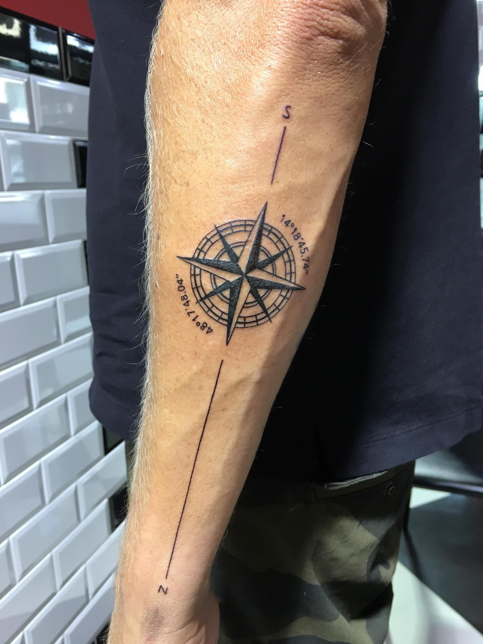 Tom Barker Tattoo Wien Wientattoo Tattoovienna Tattoo Linetattoo Linework Piercing Tattoo In 2020 Cool Forearm Tattoos Simple Forearm Tattoos Simple Arm Tattoos
