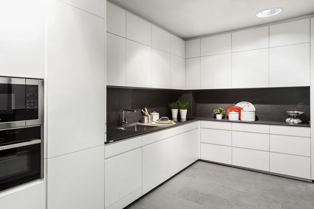 Cocina lacada blanca con porcelánico gris | Cocinas Coeco ...
