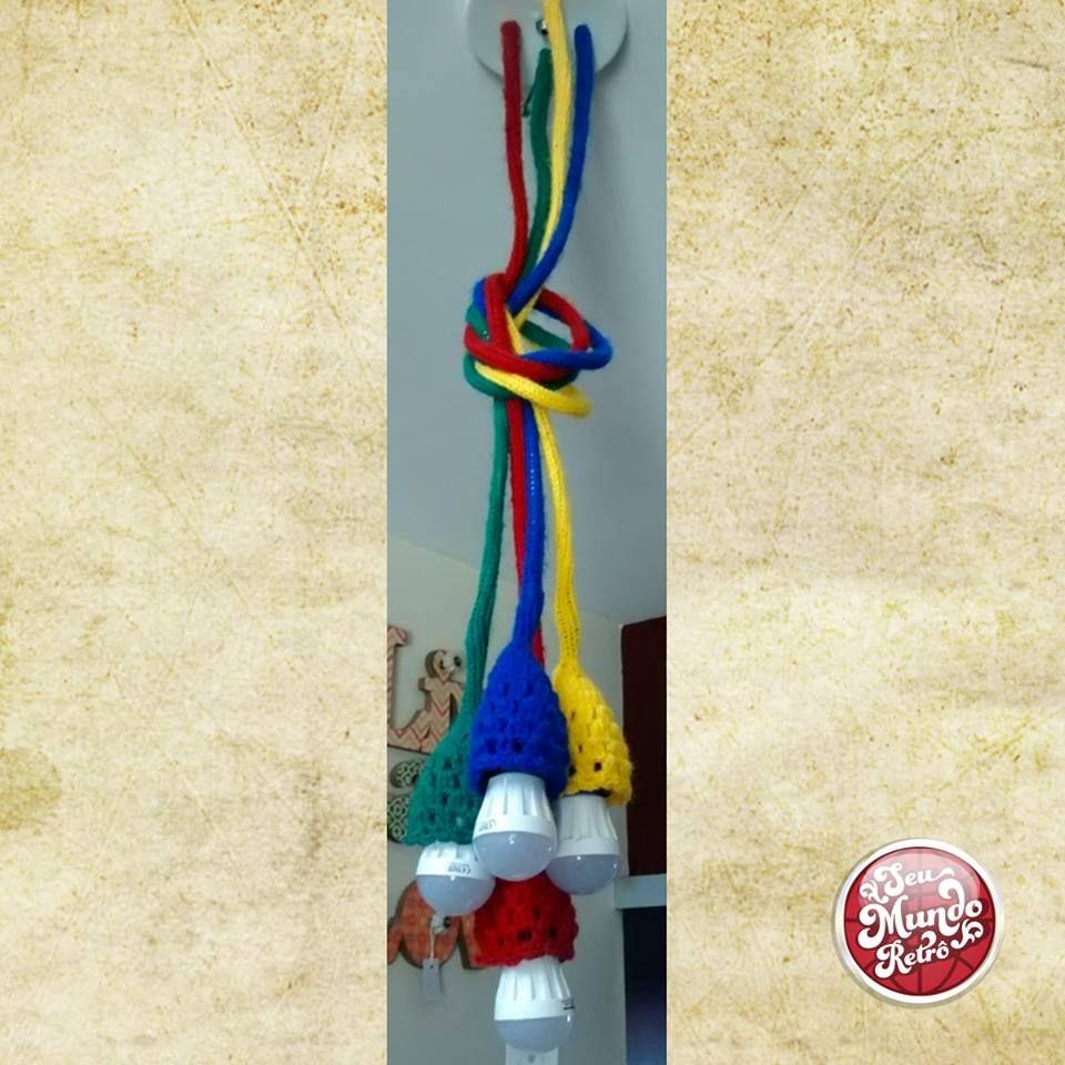 Essa luminária de crochê é muito linda né? Delicada, colorida e cheia de detalhes para deixar seu ambiente favorito mais iluminado e moderno também! Aposte nessa tendência! #luminaria #decor #croche #decoração #retro #seumundoretro
