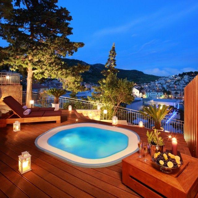 Jacuzzi en terraza con plataforma de madera dise o for Diseno jacuzzi exterior