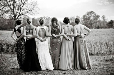 25 Prom Poses To Take With Your Friends On the Big Night