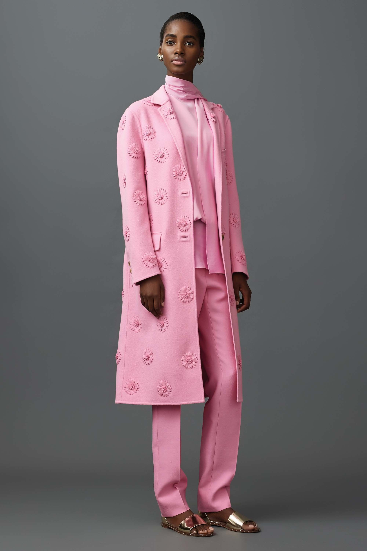 Valentino Resort 2017 Fashion Show #pinkaholic Pink trend. Pink, spring summer 2017. Rosa, primavera verano 2017. #tendencias2017 #primaveraverano2017 #rosa