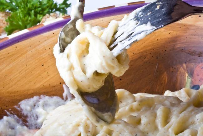 salsa Alfredo - IMujer:Ingredientes: 3 cucharadas de mantequilla2 cucharadas de aceite de oliva2 dientes de ajo picados2 tazas de crema de leche espesa1/4 cucharadita de pimienta1/2 taza de queso parmesano rallado3/4 taza de queso mozzarella