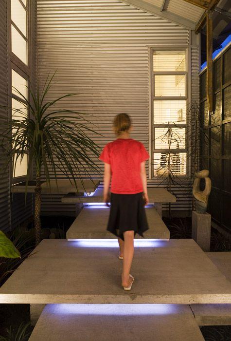 Leuk, steps met licht eronder Strachan Group Architects