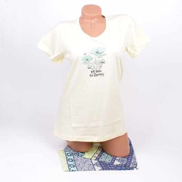 Нежна и красива дамска пижама изработена от памук. Пижамата е с горно с къси ръкави в бледо жълт цвят с апликирани цветя в предната част. Долното е клин - 7/8 с флорални мотиви в тъмно синьо, жълто и зелено