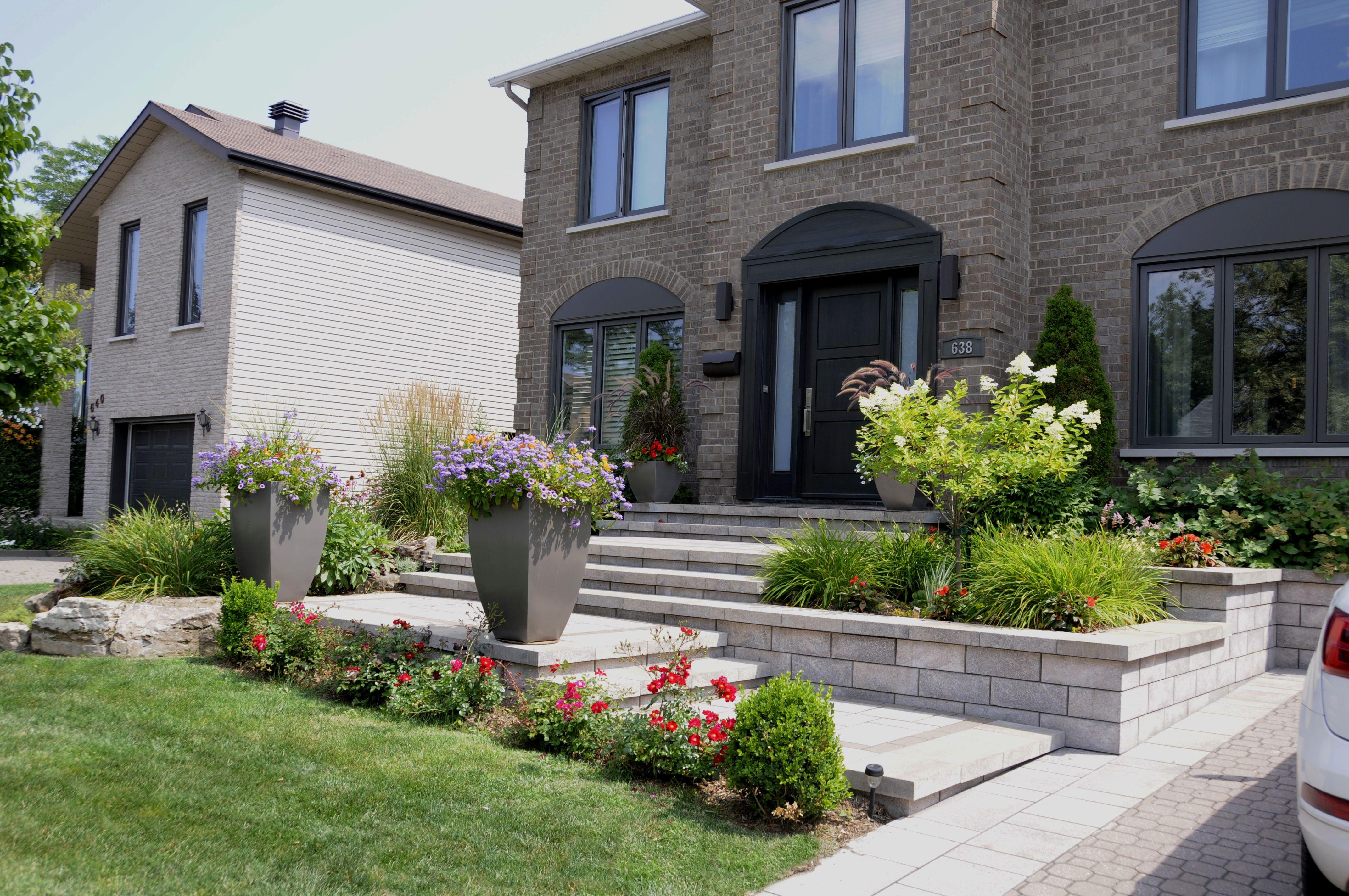 Un am nagement paysager moderne qui respecte un style plus actuel un trottoir invitant aux - Amenagement paysager devant maison ...
