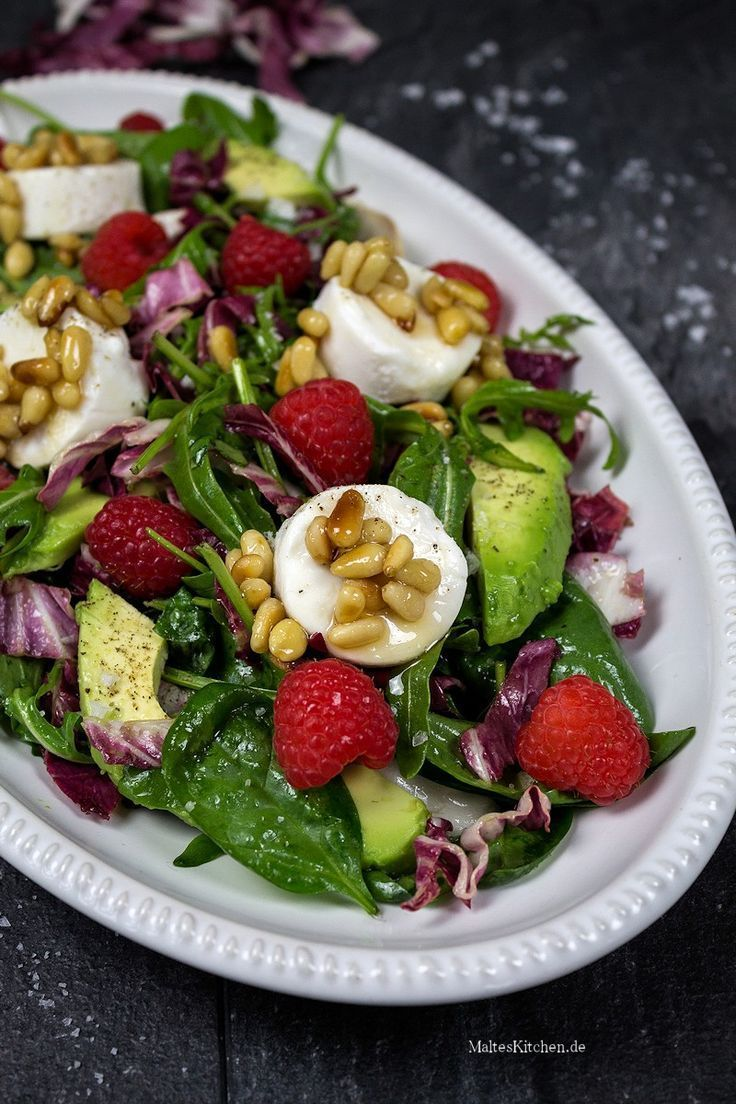 Gemischter Blattsalat mit Avocado, Ziegenfrischkäse und Himbeeren   - Salate & Dressings - #Avocado...