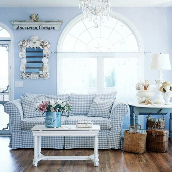Wohnzimmer Interieur Hellblaue Wände Holzboden Kronleuchter Blumen  Wandfarbe, Landhaus Sofa, Blaue Wohnzimmer, Landhausstil